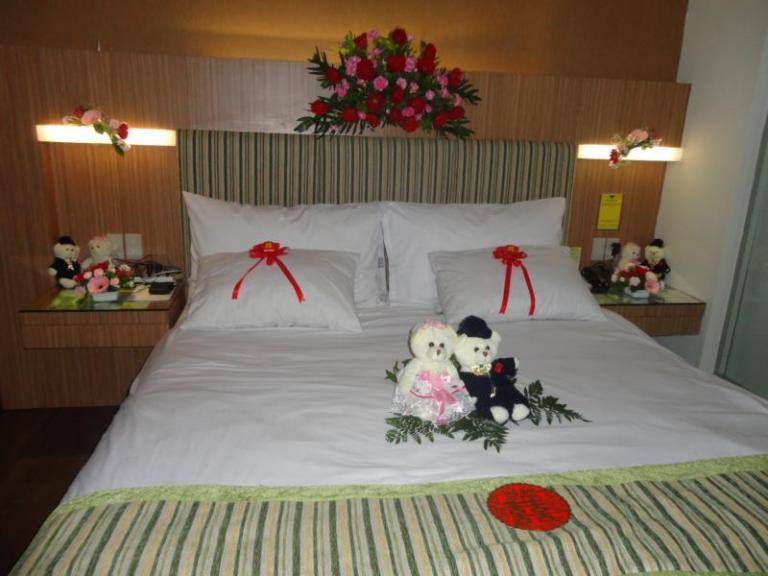 Dekorasi kamar pengantin toko bunga di purwokerto rina for Dekorasi kamar pengantin di hotel
